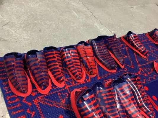Mark Redele, du Sandberg Instituut d'Amsterdam, propose aux visiteurs d'échanger leurs chaussures le temps de la visite avec une paire sans couture, moulée dans du latex coloré.
