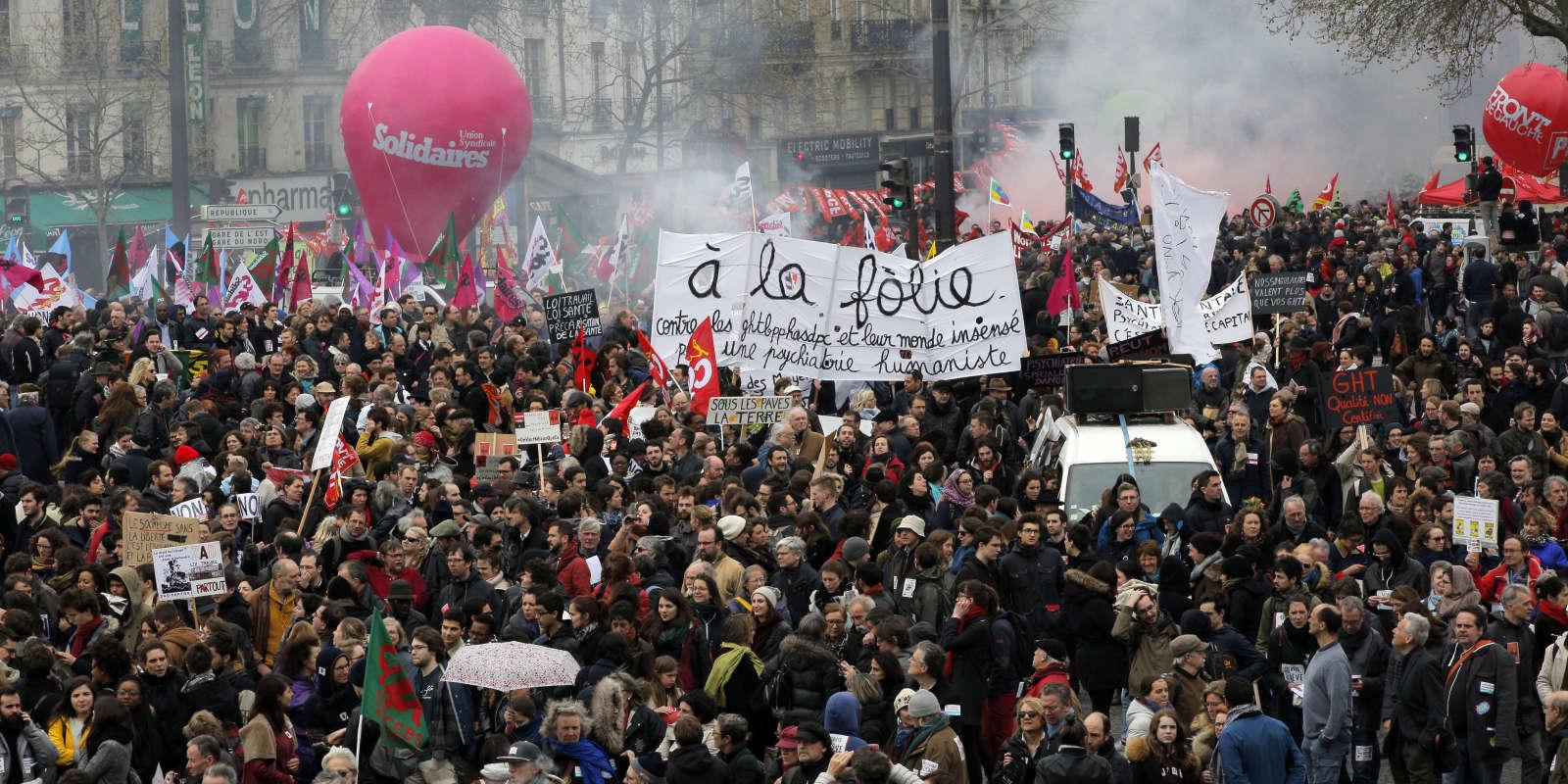 La sixième journée de mobilisation en un mois a lieu, samedi, attirant moins de personnes que la précédente. Entre 19 000 et 110 000 personnes ont défilé à Paris.