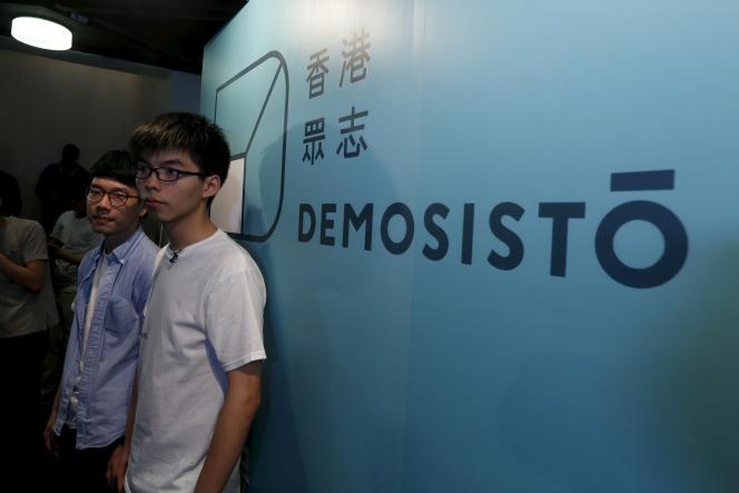 Le leader étudiant Joshua Wong (à droite) et Nathan Law lors de l'annonce de la création de leur nouveau parti