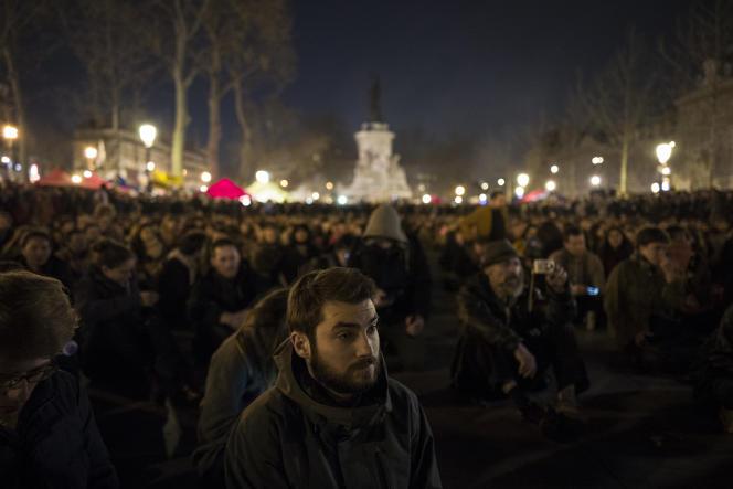 Des manifestants écoutent les discours tenus lors de l'assemblée générale organisée le 8 avril 2016, sur la place de la République à Paris, à l'occasion de la neuvième
