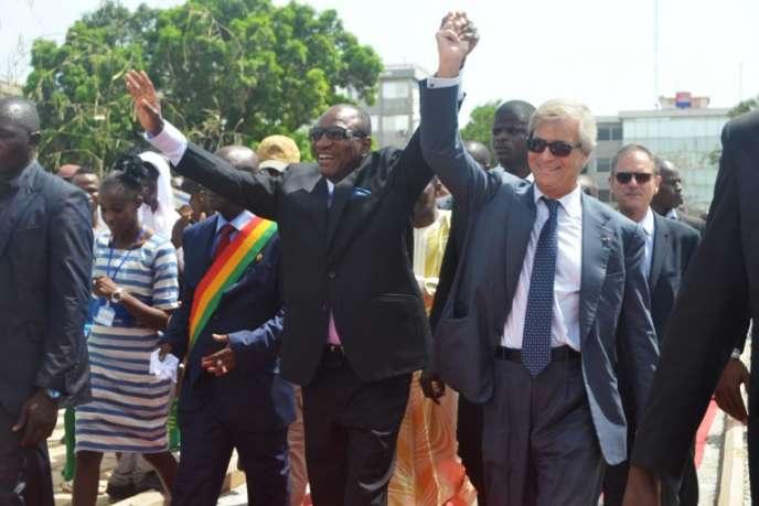 Vincent Bolloré et le président guinéen Alpha Condé à Conakry, en juin 2014.