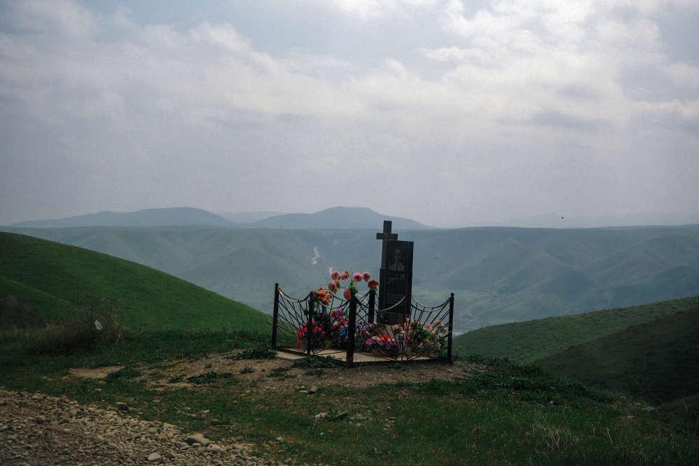Dans le nord du Haut-Karabakh, une tombe au milieu des montagnes.