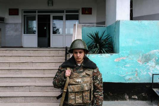 Arkis, 18 ans, garde l'entrée d'un bâtiment administratif dans la base militaire de Martuni, dans le sud du Haut-Karabakh, le 8 avril 2016.