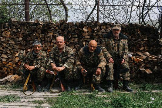 Un groupe de soldats volontaire dans la ville de Talish, dans le nord du Haut -Karabakh, le 7 avril 2016.