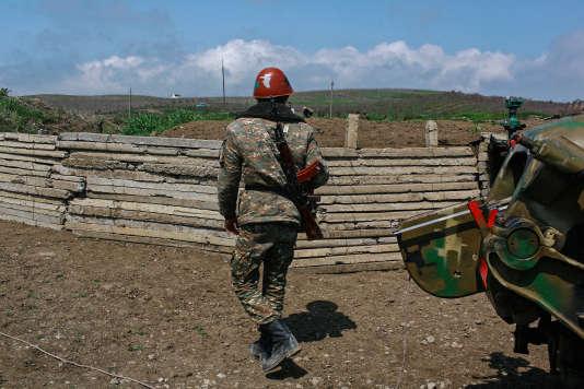 Un jeune soldat arménien sur une des positions militaire dans le sud du Haut-Karabakh, le 8 avril.