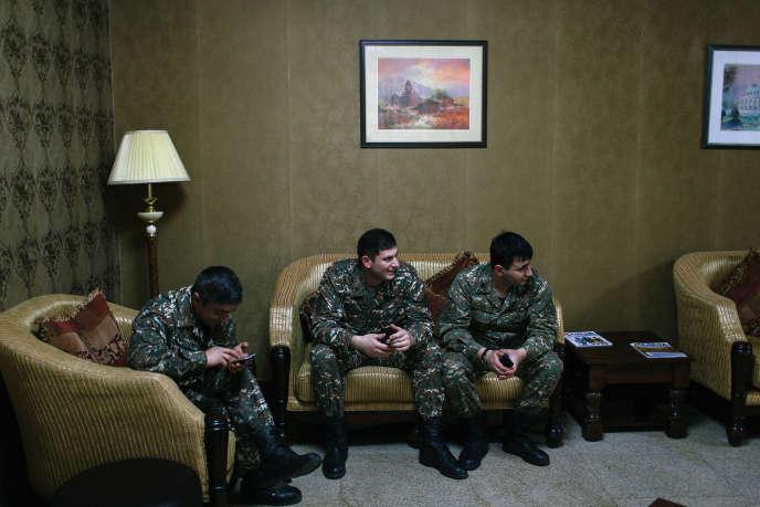 Des soldats arméniens de la région séparatiste du Haut-Karabakh discutent dans le hall de l'Hôtel Armenia, à Stepanakert, le 6 avril 2016. Un cessez-le-feu avec les forces azéries a été conclu le 5 avril 2016, après quatre jours de violents combats.