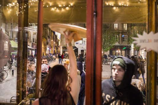 Ambiance de nuit depuis l'intérieur du bar Apollo, place Fernand Lafargue, au bout de la rue Saint James.