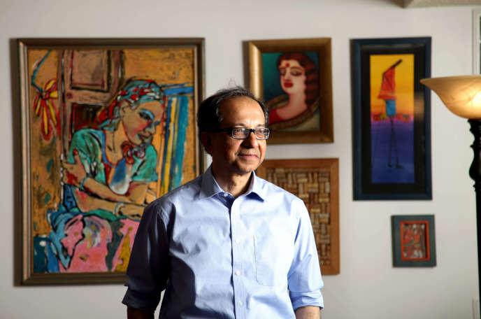Kaushik Basu dans son bureau à la Banque mondiale, à Washington. Prenant ses distances avec le jargon, Kaushik Basu est un économiste pour qui une courbe graphique peut se regarder comme une peinture