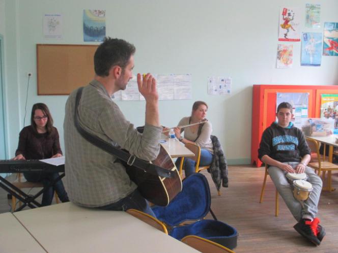 Trois élèves ont choisir de rater le cours de sport pour participer à la partie musicale de l'atelier d'écriture.