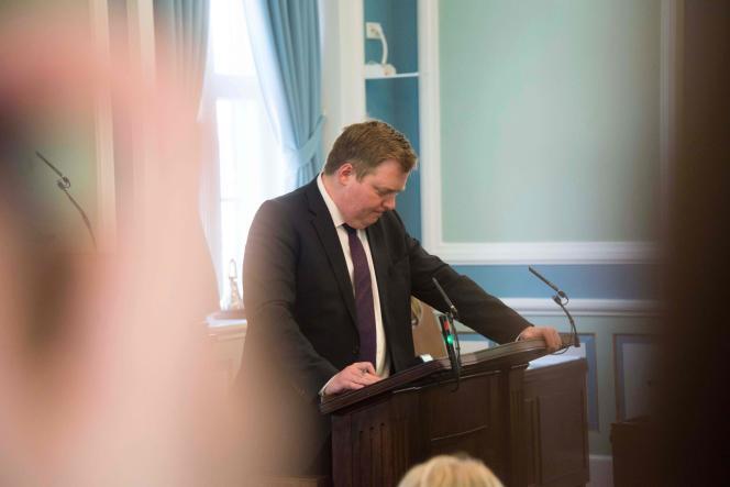L'ancien premier ministre islandaisSigmundur David Gunnlaugsson devant le Parlement, le 4 avril.