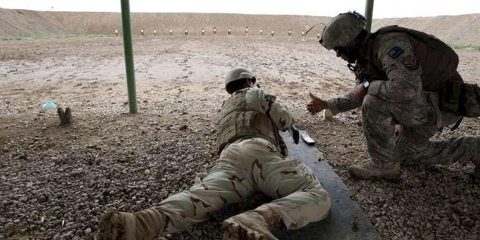 Un soldat de la coalition entraîne un soldat irakien, le 11 avril 2016, au nord de Bagdad.
