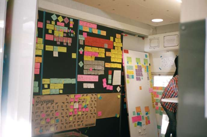 Tableaux blancs, marqueurs et Post-it constituent le matériel pédagogique des futurs créateurs. L'ordinateur est proscrit.