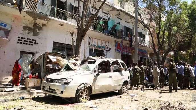 Un véhicule détruit par l'explosion, dans le centre de Mogadiscio, le 11 avril.