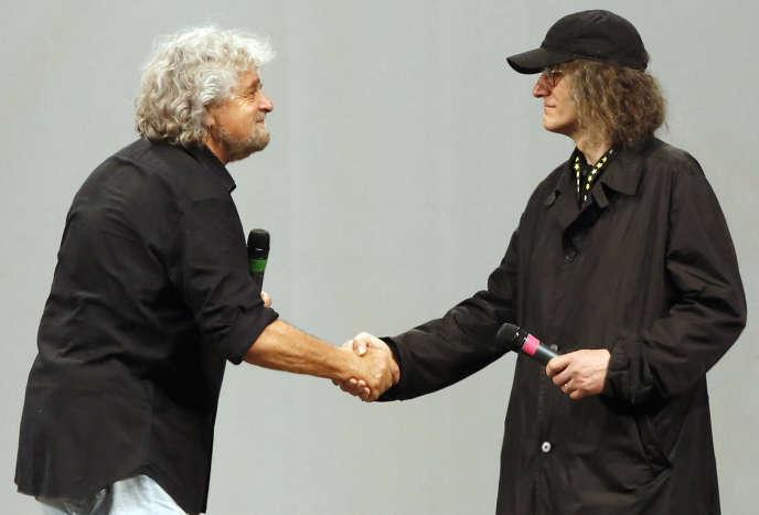 Gianroberto Casaleggio (à droite) salue  Beppe Grillo,  lors d'un meeting du Mouvement  5 étoiles, à Rome, en mai 2014.