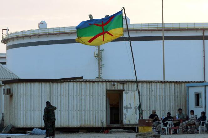 Le drapeau de la minorité amazigh flotte au terminal gazier de Mellitah, à Zouara, le 6 novembre 2013.