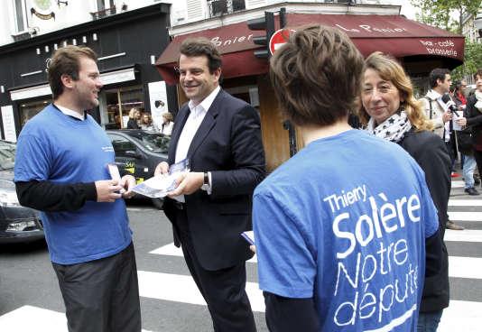 Thierry Solère, vice-president UMP du conseil général des Hauts-de-Seine et candidat dissident UMP aux élections législatives, lors d'une distribution de tracts sur le marché Escudier à Boulogne-Billancourt.