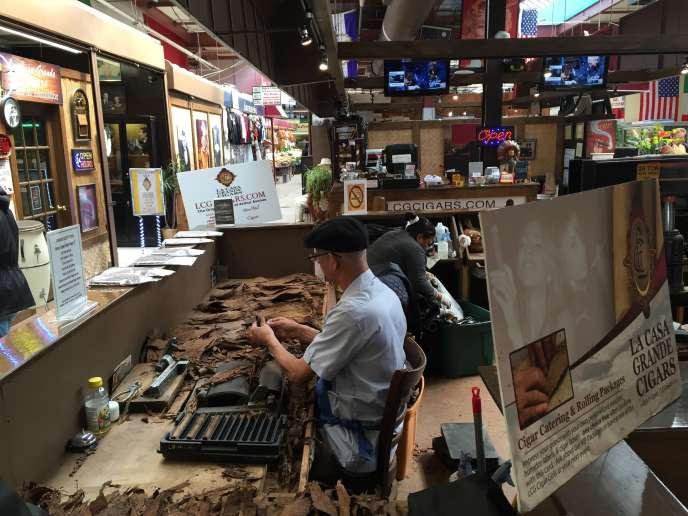 Un magasin de cigares roulés à la main, sur le Arthur Avenue Retail Market, dans le quartier du Bronx à New York, le 5 avril 2016.