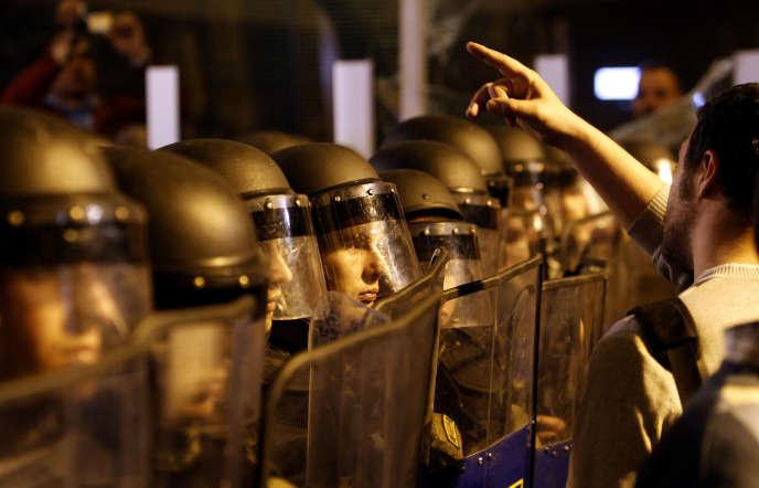 Plusieurs milliers de personnes ont pris part mercredi soir à Skopje à des manifestations émaillées de heurts avec la police, contre l'amnistie de responsables politiques décrétée par le président Ivanov, une décision qui enfonce la Macédoine dans une crise politique.