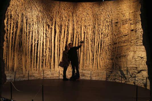 """Des visiteurs se prennent en photo dans l'installation """"Panorama"""" d'Eva Jospin au Louvre."""