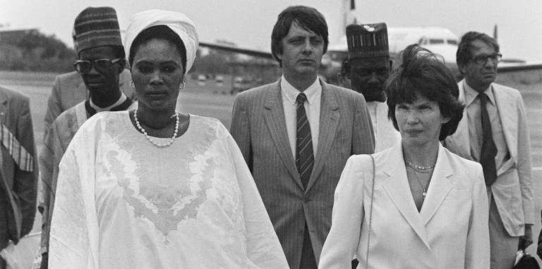 Danielle Mitterrand, épouse du chef de l'Etat français, avec la femme du président nigérien Seyni Kountché, à Niamey, en 1982.