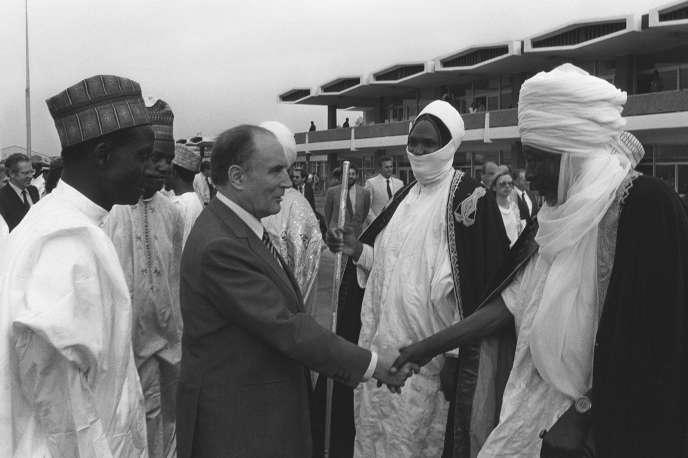 Le président français Francois Mitterrand reçu par son homologue nigérien, Seyni Kountché, le 19 mai 1982 à Niamey.