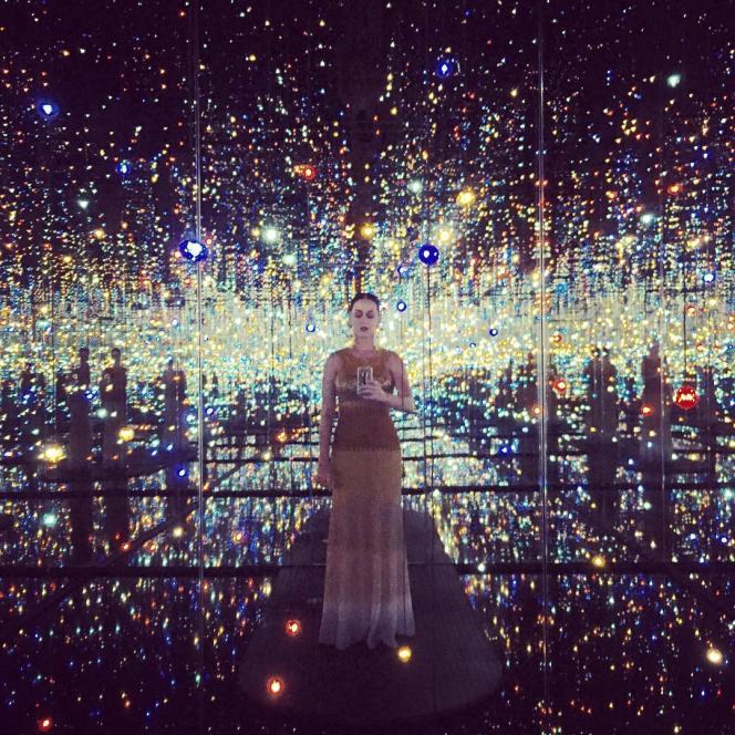 Selfie de Katy Perry au Broad Museum, dans la salle conçue par Yayoi Kusama, posté sur le compte Instagram de la chanteuse en octobre 2015.