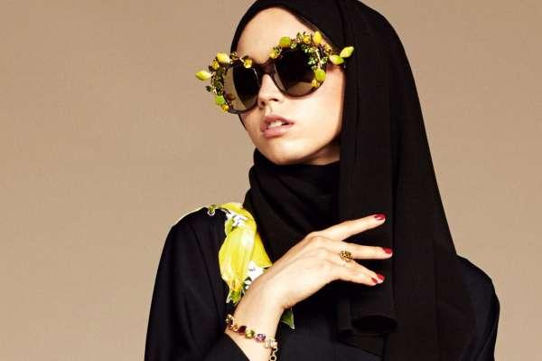 ... Dolce   Gabbana propose depuis janvier 2016 une luxueuse ligne de  hijabs et d abayas 85197af8187c