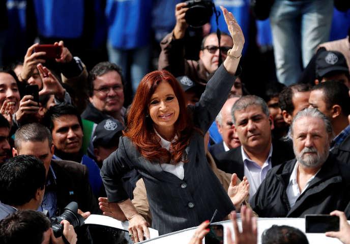 Cristina Kirchner salue ses partisans en quittant le tribunal où elle était interrogée sur des malversations de la banque centrale durant son mandat.