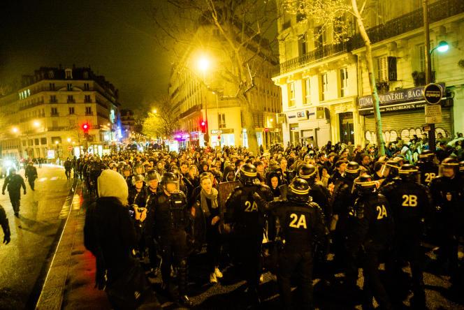 Les CRS et gendarmes mobiles escortent des manifestants vers la place de la République, après qu'un petit groupe est parti soutenir un