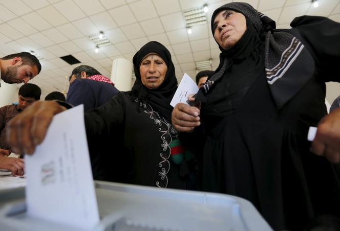 Des femmes votent aux législatives syriennes, à Alep, le 13 avril 2016.