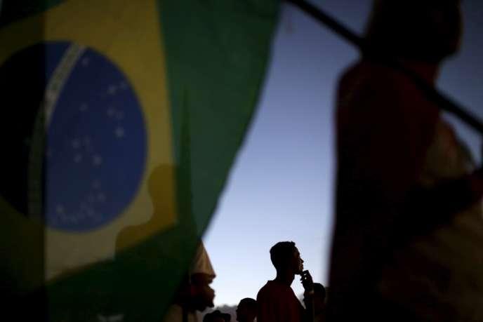 Des manifestants lors d'une marche contre la procédure de destitution de Dilma Rousseff à Brasilia, le 13 avril 2016.