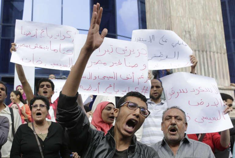 Des Egyptiens manifestent contre la rétrocession des îlots de Tiran et Sanafir à l'Arabie saoudite, en avril, au Caire.