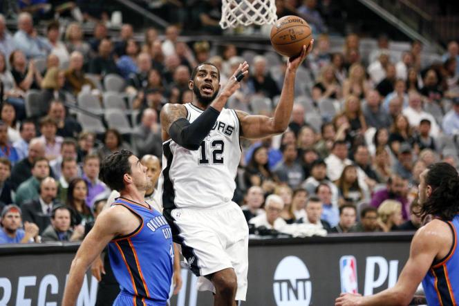 LaMarcus Aldridge (12) des San Antonio Spurs lors du match contre les Oklahoma City Thunder, le 12 avril 2016.