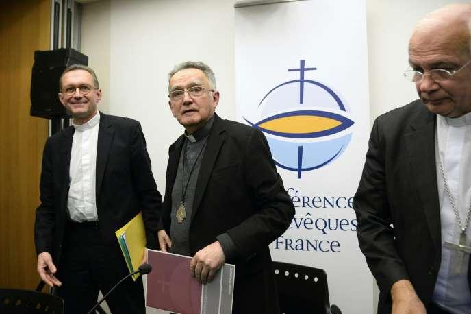 Le porte-parole des évêques de France Olivier Ribadeau-Dumas, le président de la Conférence des évêques de France, Georges Pontier, et l'évêque de Pontoise Stanislas Lalanne, à Paris, le 12 avril 2016.