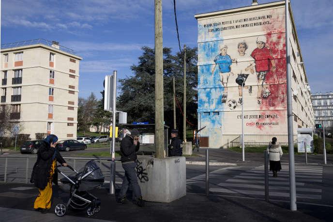 A Sarcelles en banlieue parisienne, une fresque inaugurée en février du street artist Combo :