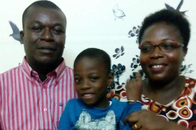 Moussa et Isabelle N'Diaye et leur petit garçon de 4 ans et demi, né grâce à une FIV. (fécondation in vitro) à Abidjan.