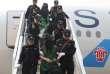 Un groupe de détenus expulsés par le Kenya pour des soupçons de fraude en Chine à leur arrivée à l'aéroport de Pékin, le 13 avril 2016.