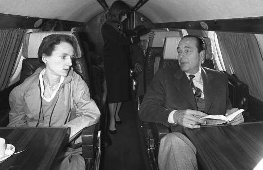 Jacques Chirac et sa fille Laurence dans un avion les amenant à Sarran, le 26 avril 1981.