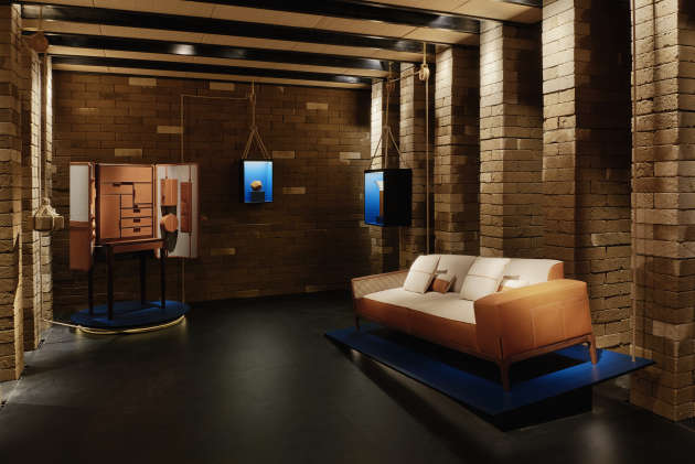 Canapé Sellier dans un décor de briques de tufo, par l'architecte Mauricio Rocha pour Hermès.