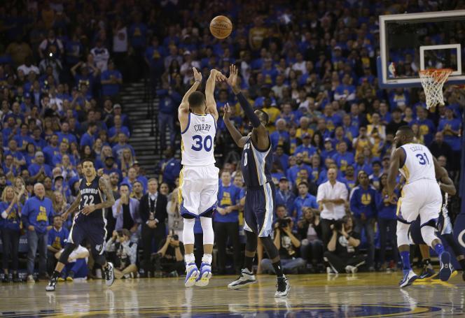 Stephen Curry vainqueur avec les Golden State Warriors des Grizzlies de Memphis, jeudi 14 avril, à Oakland.