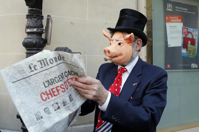Lors d'un séminaire de responsables de banques, un manifestant feuillette la première une du Monde consacrée aux