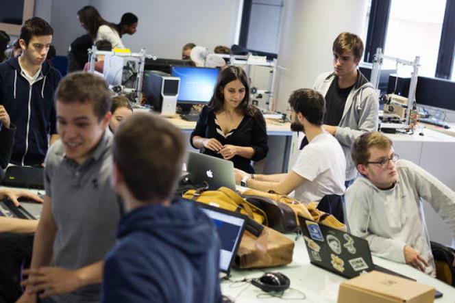 A la Défense, le pôle Léonard-de-Vinci fait travailler ensemble les étudiants de ,ses trois écoles [une école d'ingénieurs (Esilv), une école de management (EMLV) et l'Institut de l'Internet et du multimédia (IIM)].