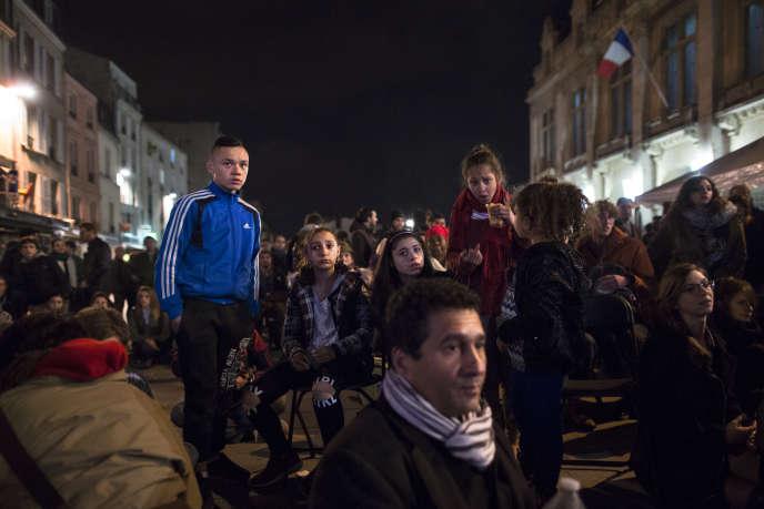 Plusieurs centaines de personnes se sont réunies à l'occasion d'une Nuit Debout, devant la Mairie de Saint-Denis le 13 avril 2015.