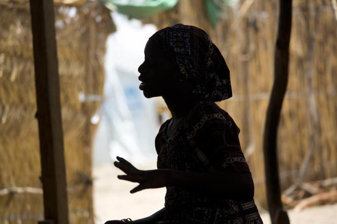 Fati, Camerounaise de 15 ans, a été enlevée par Boko Haram puis mariée de force à un combattant. Elle a été libérée par l'armée camerounaise et vit désormais dans un camp de déplacés.