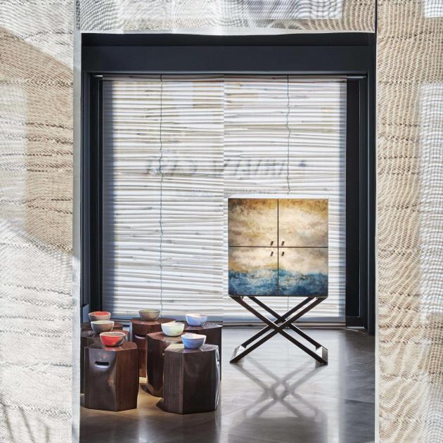 Collection Armani Casa, dont le cabinet Club en laque océan, dans le nouvel espace récemment acquis à Milan.