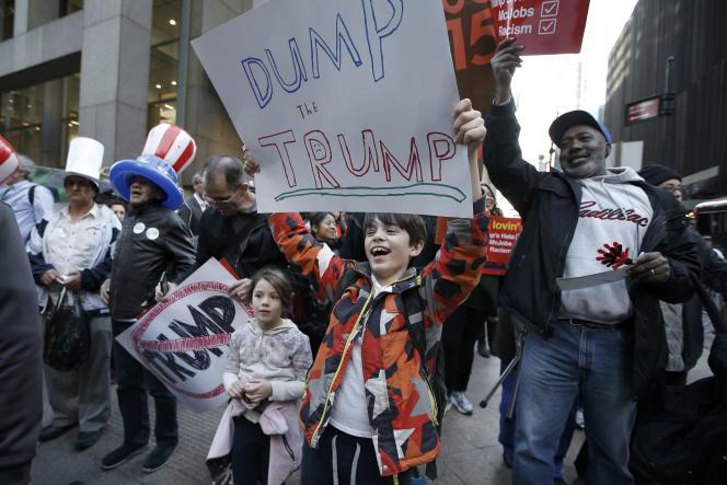 Deux enfants défilent, lors d'une manifestation contre le candidat républicain Donald Trump, à Manhattan (New York), le 14avril.