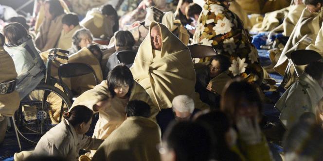 Des victimes du séisme dans des couvertures, à Kyodo, au Japon, le 15 avril.