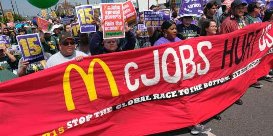 """La chaîne de restauration rapide McDonald's serait l'entreprise qui recourrait le plus au contrat """"zéro heure"""". Ici, sur la photo, des manifestants défilaient devant le restaurant McDonald du centre-ville de Los Angeles, le 14 avril dernier."""