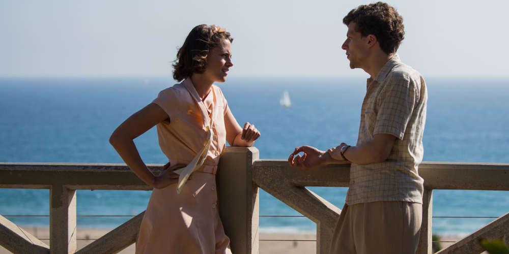 Présentée comme film d'ouverture du 69e Festival de Cannes, mercredi 11 mai, la nouvelle comédie romantique du cinéaste newyorkais s'offre un casting de choix (Kristen Stewart, Jesse Eisenberg, Steve Carell, Blake Lively…) pour une intrigue qui se déroule dans le Hollywood des années 1930. Une ode enchanteresse à la magie du premier amour, qui est aussi un hommage au cinéma de l'âge d'or des studios.