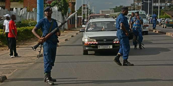 Policiers lourdement armés patrouillant dans les rues de  Bujumbura le 12 avril 2016.